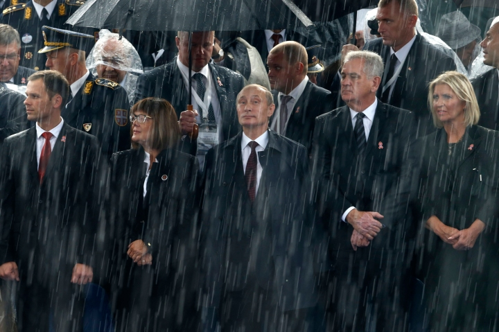 Russian President Vladimir Putin (C) and Serbian President Tomislav Nikolic (2nd R) attend a military parade to mark 70 years since the city's liberation by the Red Army in Belgrade October 16, 2014. Serbia feted Russia's Putin with troops, tanks and fighter-jets on Thursday to mark seven decades since the Red Army liberated Belgrade, balancing its ambitions of European integration with enduring reverence for a big-power ally deeply at odds with the West. REUTERS/Marko Djurica (SERBIA - Tags: POLITICS MILITARY ANNIVERSARY TPX IMAGES OF THE DAY)